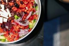 Heerlijke dieet low-calorie gesneden plantaardige salade met olijven en feta stock foto
