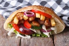Heerlijke donerkebab met vlees, groenten en gebraden gerechten in pitabroodje Stock Afbeelding