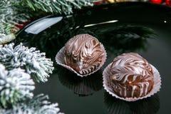 Heerlijke donkere die chocoladecakes met verglaasd worden behandeld Smakelijk dessertvoedsel in dichte omhooggaand Chocoladedesse stock afbeeldingen