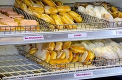 Heerlijke Donuts in bakkerij Stock Foto's