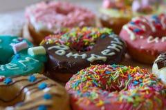 Heerlijke donuts met kleurrijke glans en een felicitatieinschrijving ` Verjaardag ` Royalty-vrije Stock Afbeeldingen