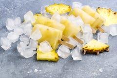 Heerlijke Eigengemaakte Ananasijslollys op Ijsblokjes Gray Background Summer Food Concept boven Horizontaal stock foto