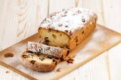 Heerlijke eigengemaakte cake met rozijnen op een lichte houten achtergrond Close-up rustic De ruimte van het exemplaar royalty-vrije stock afbeelding