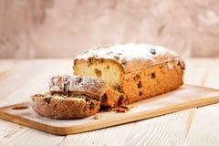 Heerlijke eigengemaakte cake met rozijnen op een lichte houten achtergrond Close-up rustic De ruimte van het exemplaar royalty-vrije stock afbeeldingen