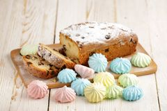 Heerlijke eigengemaakte cake met rozijnen op een lichte houten achtergrond Close-up rustic De ruimte van het exemplaar royalty-vrije stock foto