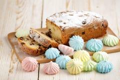 Heerlijke eigengemaakte cake met rozijnen op een lichte houten achtergrond Close-up rustic De ruimte van het exemplaar stock fotografie