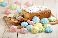 Heerlijke eigengemaakte cake met rozijnen op een lichte houten achtergrond Close-up rustic De ruimte van het exemplaar stock afbeelding