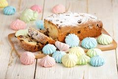 Heerlijke eigengemaakte cake met rozijnen op een lichte houten achtergrond Close-up rustic De ruimte van het exemplaar stock foto's