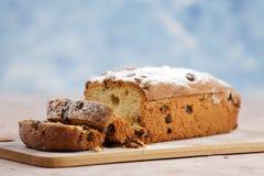 Heerlijke eigengemaakte cake met rozijnen op een lichte houten achtergrond Close-up rustic De ruimte van het exemplaar stock foto