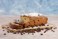 Heerlijke eigengemaakte cake met rozijnen op een lichte houten achtergrond Close-up rustic De ruimte van het exemplaar royalty-vrije stock foto's