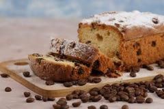Heerlijke eigengemaakte cake met rozijnen op een lichte houten achtergrond Close-up rustic De ruimte van het exemplaar stock afbeeldingen