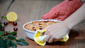 Heerlijke Eigengemaakte Cherry Pie met een Vlokkige Korst stock videobeelden