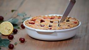 Heerlijke Eigengemaakte Cherry Pie met een Vlokkige Korst die een kersenpastei snijden stock videobeelden