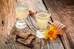 Heerlijke eigengemaakte die likeur van alcohol en honing wordt gemaakt stock foto's