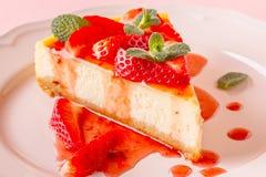 Heerlijke eigengemaakte kaastaart met aardbeien stock foto's