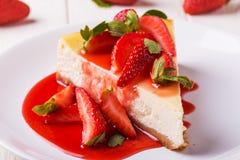 Heerlijke eigengemaakte kaastaart met aardbeien royalty-vrije stock fotografie