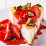 Heerlijke eigengemaakte kaastaart met aardbeien stock foto