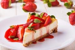 Heerlijke eigengemaakte kaastaart met aardbeien royalty-vrije stock foto's