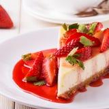 Heerlijke eigengemaakte kaastaart met aardbeien royalty-vrije stock foto