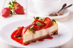 Heerlijke eigengemaakte kaastaart met aardbeien royalty-vrije stock afbeeldingen