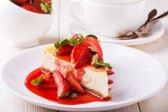 Heerlijke eigengemaakte kaastaart met aardbeien stock afbeelding