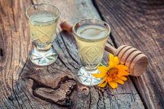 Heerlijke eigengemaakte likeur met alcohol en honing royalty-vrije stock fotografie