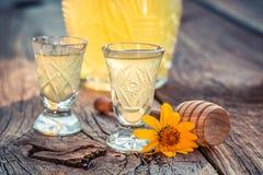 Heerlijke eigengemaakte likeur met honing en alcohol stock foto