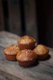 Heerlijke eigengemaakte muffins over houten raad Royalty-vrije Stock Foto's