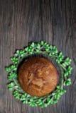 Heerlijke eigengemaakte muffins over houten raad Stock Foto's