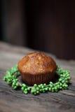 Heerlijke eigengemaakte muffins over houten raad Royalty-vrije Stock Fotografie