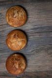 Heerlijke eigengemaakte muffins over houten raad Stock Foto