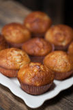 Heerlijke eigengemaakte muffins over houten raad Royalty-vrije Stock Afbeelding