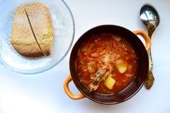 Heerlijke, eigengemaakte Oekraïense borscht wordt gediend voor lunch stock afbeelding
