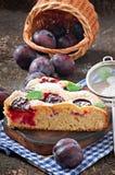 Heerlijke eigengemaakte pastei met pruimen Stock Foto's