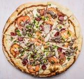Heerlijke eigengemaakte pizza met tomaten, worst, ui, kippen en kaas houten rustieke achtergrond hoogste menings dichte omhooggaa Royalty-vrije Stock Foto's