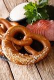 Heerlijke eigengemaakte pretzels, gesneden worst en knoflooksaus CLO Royalty-vrije Stock Foto