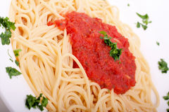 Heerlijke eigengemaakte spaghetti met tomatoesaus royalty-vrije stock afbeeldingen