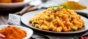Heerlijke eigengemaakte vegetarische kouskous met tomaten, wortelen, courgette stock fotografie