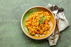Heerlijke eigengemaakte vegetarische kouskous met tomaten, wortelen, courgette royalty-vrije stock foto