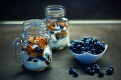 Heerlijke eigengemaakte wafelsnack met bosbessen en yoghurt in metselaarkruik Royalty-vrije Stock Afbeeldingen
