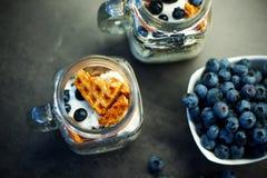 Heerlijke eigengemaakte wafelsnack met bosbessen en yoghurt in metselaarkruik Royalty-vrije Stock Foto