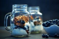 Heerlijke eigengemaakte wafelsnack met bosbessen en yoghurt in metselaarkruik Stock Afbeeldingen