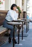 Heerlijke en gastronomische snack Het meisje ontspant koffie met koffie en dessert Geniet het vrouwen aantrekkelijke elegante bru stock foto's