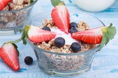 Heerlijke en gezonde granola of muesli met noten, rozijnen en B Royalty-vrije Stock Foto