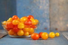 Heerlijke en kleurrijke kersentomaten Stock Foto's