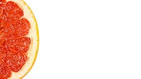 heerlijke en sappige die grapefruit, volledig van vitaminen en anti-oxyderend, op witte achtergrond wordt geïsoleerd exemplaarrui royalty-vrije stock fotografie