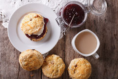 Heerlijke Engelse scones met jam en theeclose-up horizontaal t Stock Foto