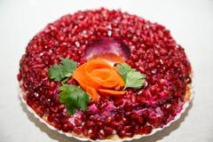 Heerlijke feestelijke salade met kip en granaatappel met originele ontwerp en naamgranaatappel bracele stock afbeelding