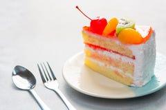Heerlijke fruitcake, het bovenste laagje van de vanillecake met verfraaid fruit Royalty-vrije Stock Afbeeldingen