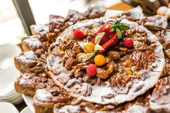 Heerlijke fruitcake voor verjaardagen en vieringen Royalty-vrije Stock Afbeeldingen